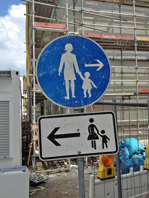Schilder an einer Bauselle weißen den Weg nach links und nach rechts aus