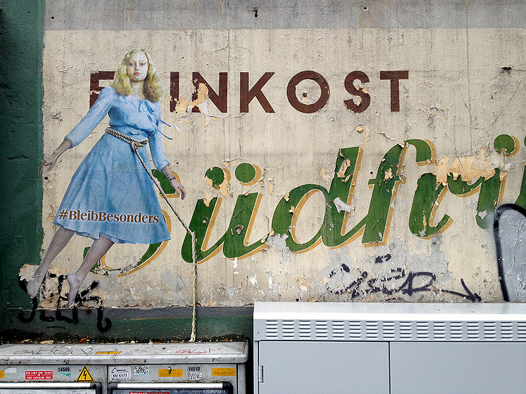 bleib-besonders-blond-efrau-blaues-kleid-frankfurt