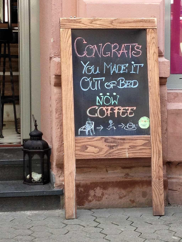 Café-Kreideaufsteller: Congrats, you made it out of bed