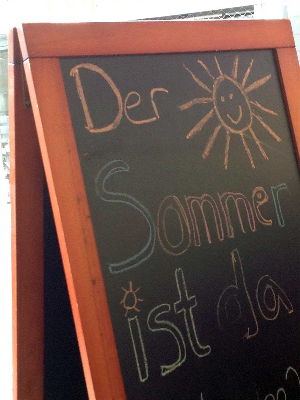 Café-Kreideaufsteller: Der Sommer ist da