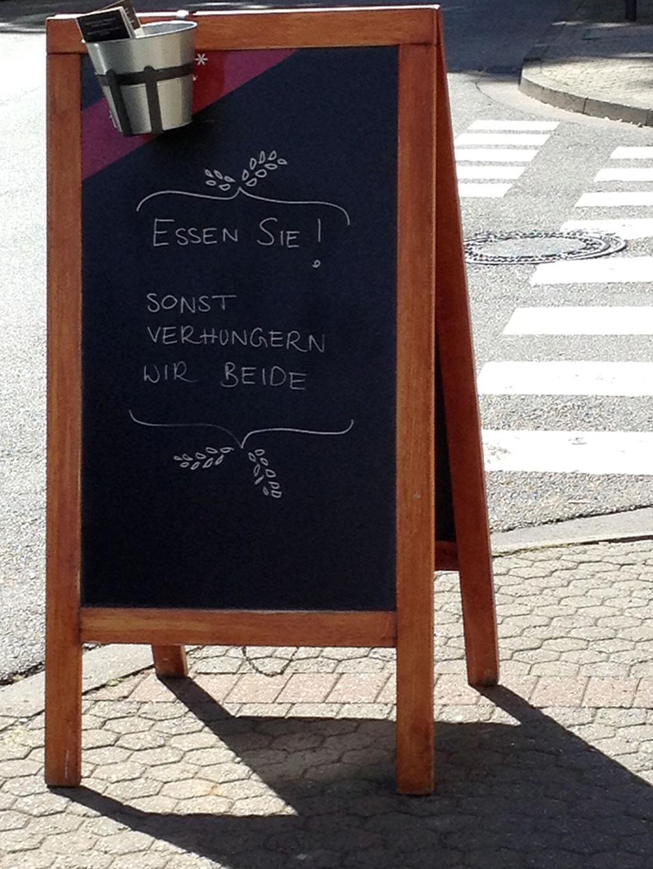 Restaurant-Kreideaufsteller: Essen Sie! Sonst verhungern wir beide