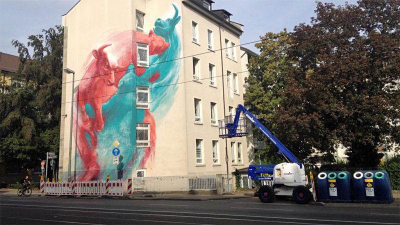 Graffiti-Hausfassade mit Bulle und Bär-Motiv in der Friedberger Landstraße