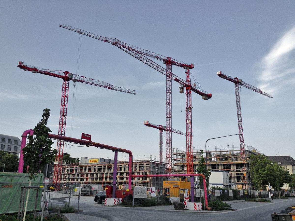 Baustellen-Kräne im Ostend Frankfurts