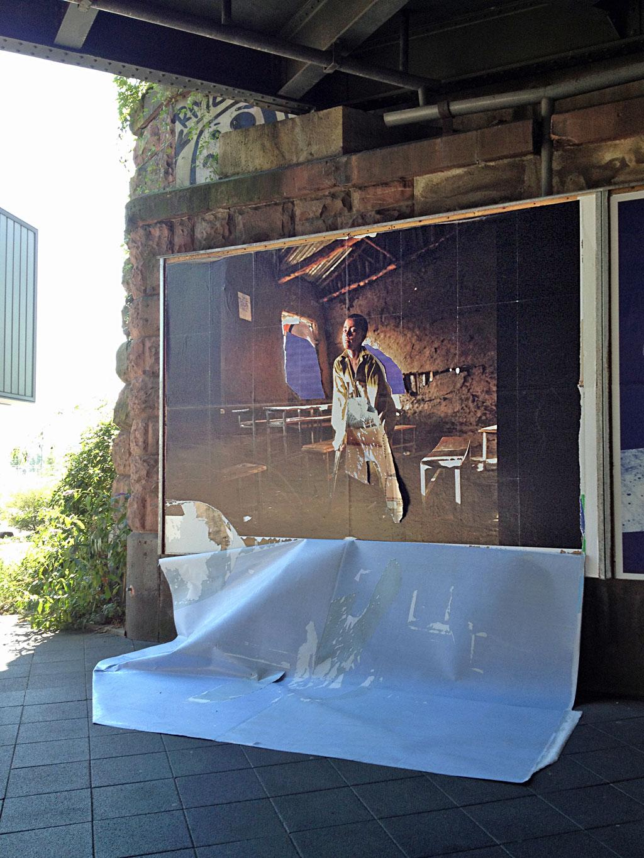 Plakat löst sich von der Werbefläche