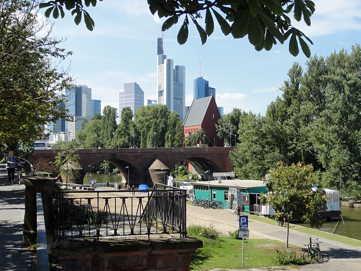 Yachtklub und Skyline in Frankfurt am Main