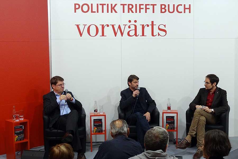 andreas-speit-und-ralf-stegner-vorwaerts-frankfurter-buchmesse-2016
