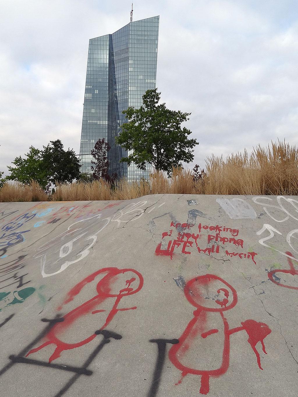 frankfurt-skatepark-ostend-streetart-keep-looking-on-your-phone