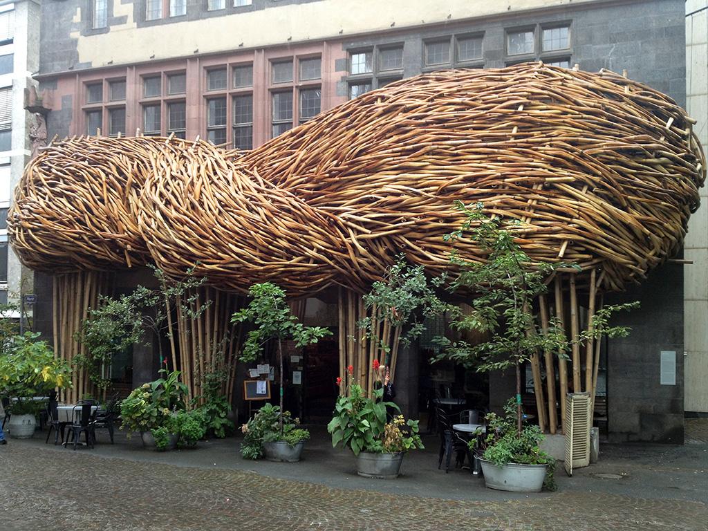 """Bambusskulptur """"Big Trees"""" von Joko Avianto beim Frankfurter Kunstverein"""