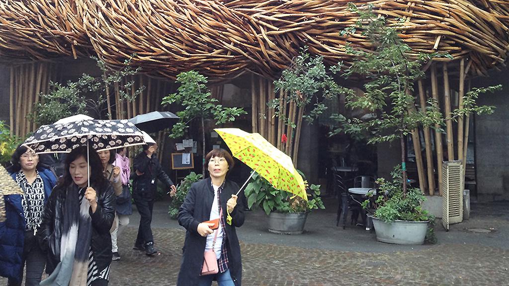 Fassadeninstallation aus Bambus am Frankfurter Kunstverein