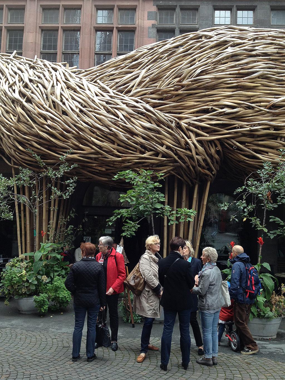 "Fassadeninstalltion ""Big Trees"" von Joko Avianto beim Frankfurter Kunstverein"