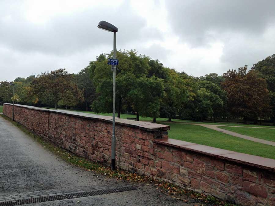 guenthersburgpark-mauer-graffiti-entfernung-1