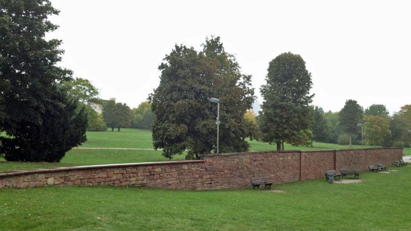 Graffiti im Günthersburgpark wurde entfernt, die Mauer ist sauber.