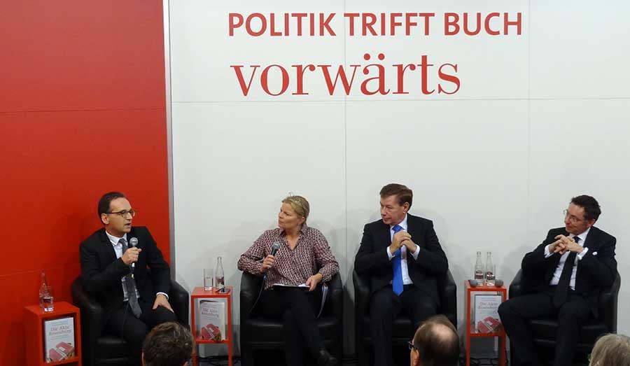 Heiko Maas, Manfred Goertemaker und Christoph Safferling beim vorwärts-Stand auf der Frankfurter Buchmesse