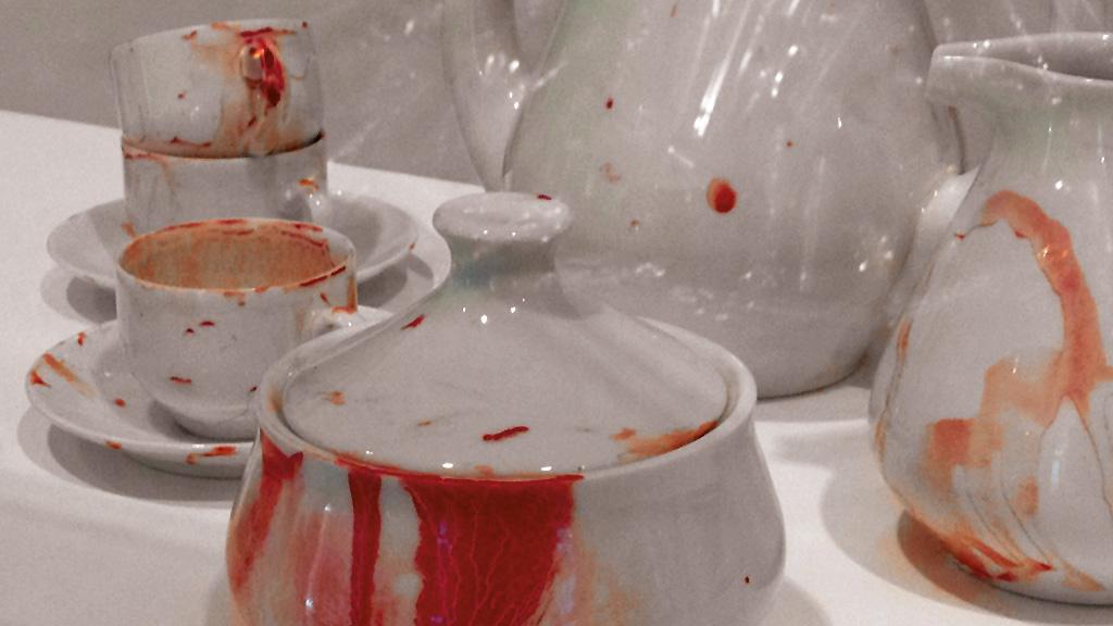 """Porzellan-Service mit """"Blut-Optik"""" im Museum angewandte Kunst in Frankfurt"""