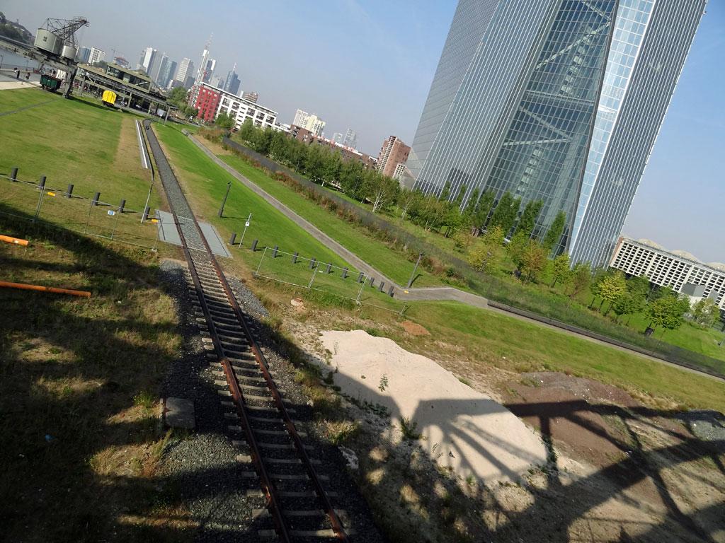 Schatten der Deutschherrnbrücke vor dem EZB-Neubau in Frankfurt