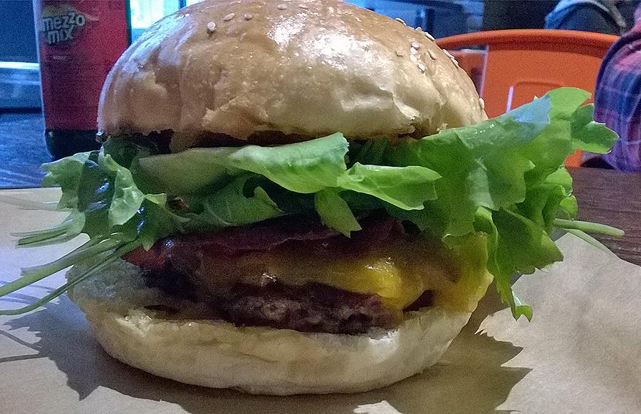 Khanzir-Ersatz-Burger beim Burger Restaurant GUTER BULLE in der Berger Straße in Frankfurt-Bornheim