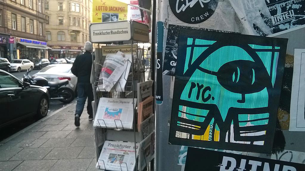 Streetart-Aufkleber in Frankfurt von PYC