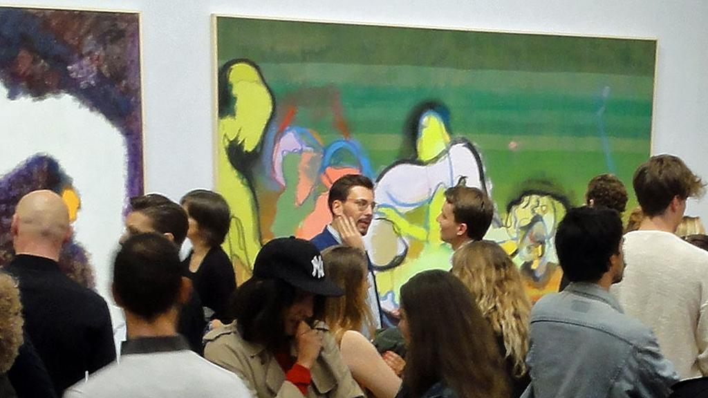 """Besucherinnen und Besucher der Daniel Richter-Ausstellung """"Hello, I love you"""" in der Kunsthalle Schirn in Frankfurt"""