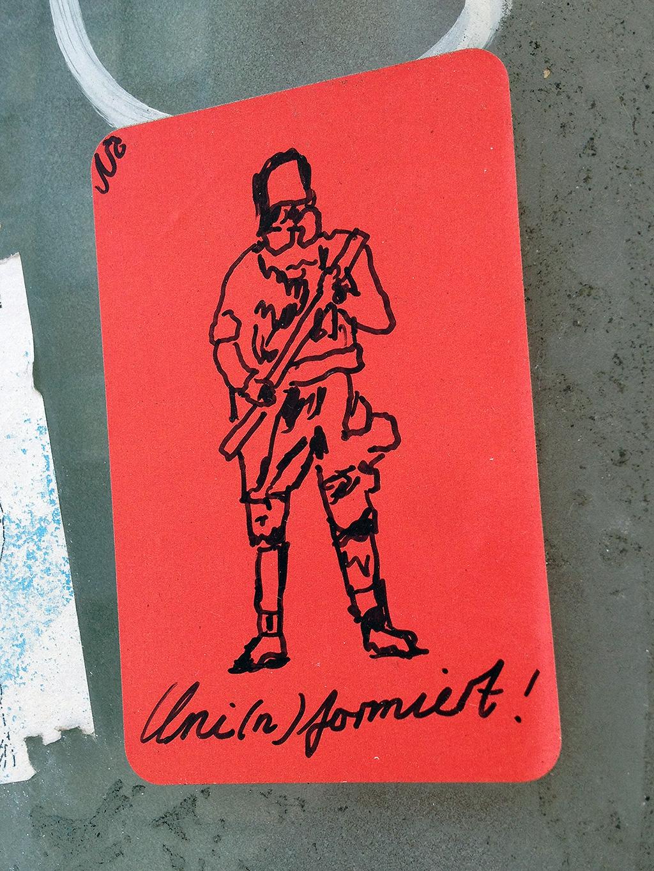 Aufkleber in Frankfurt: Uni(n)formiert