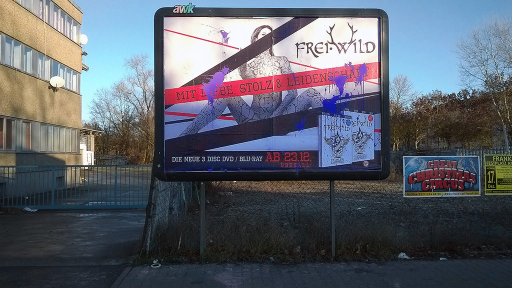 Mit Farbbeuteln beworfenes Plakatder Band Frei-Wild