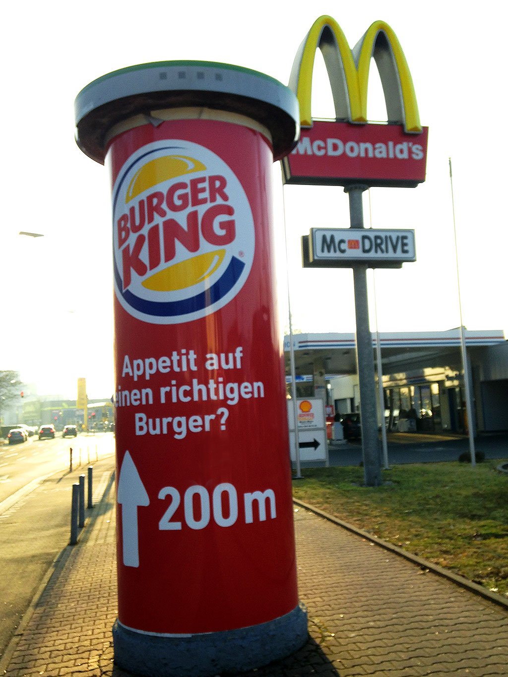 burger king werbung vor mc donald 39 s restaurant stadtkind. Black Bedroom Furniture Sets. Home Design Ideas