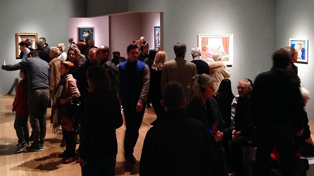 Besucher der Magritte-Ausstellung in der Schirn Kunsthalle in Frankfurt