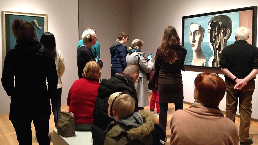 Besucher in der Magritte-Ausstellung der Schirn Kunsthalle in Frankfurt