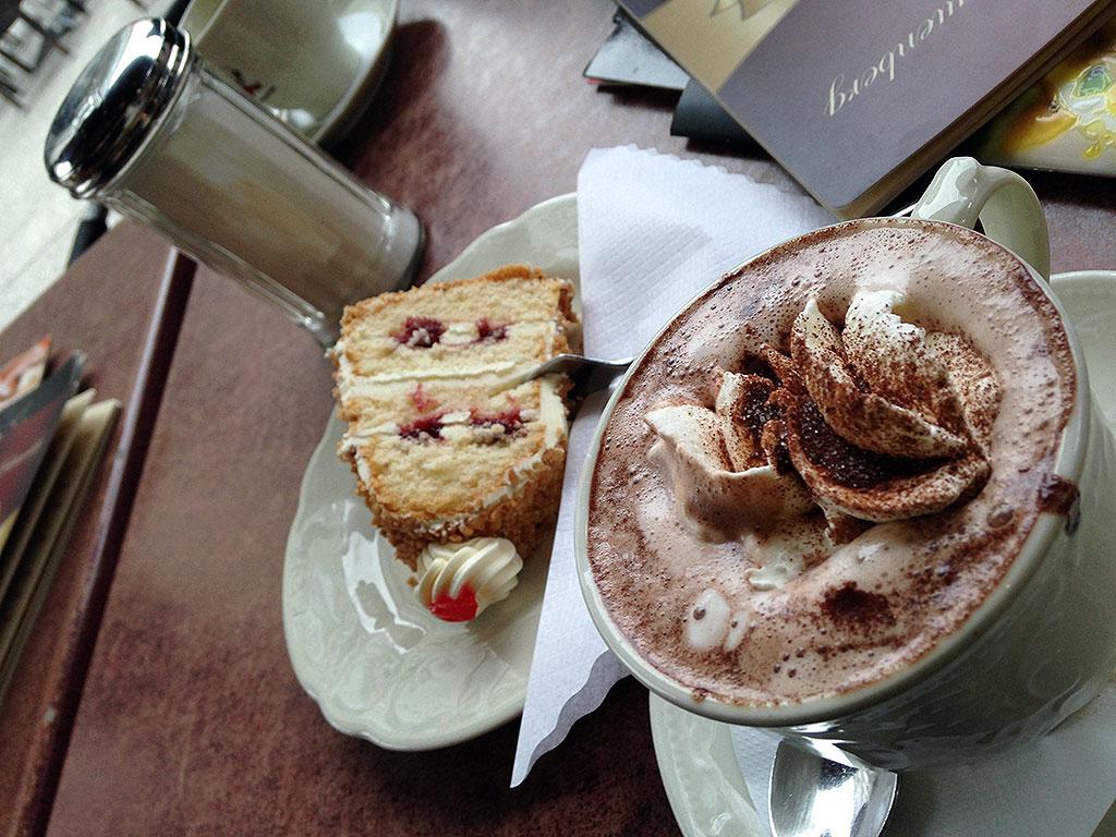 Cappuccino mit Sahne und Frankfurter Kranz