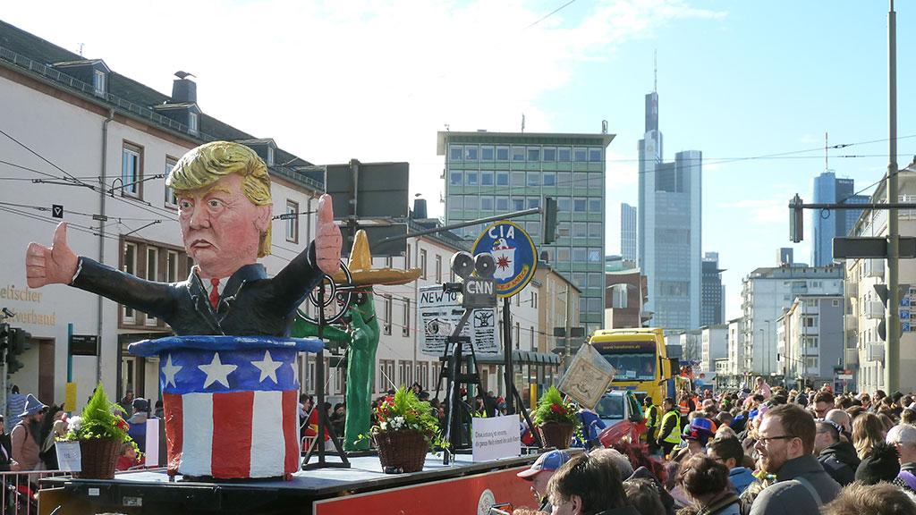 Motivwagen mit Donald Trump beim Frankfurter Fastnachtsumzug