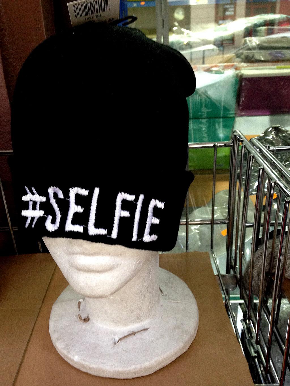 Wollmütze mit gesticktem Schftzug #SELFIE