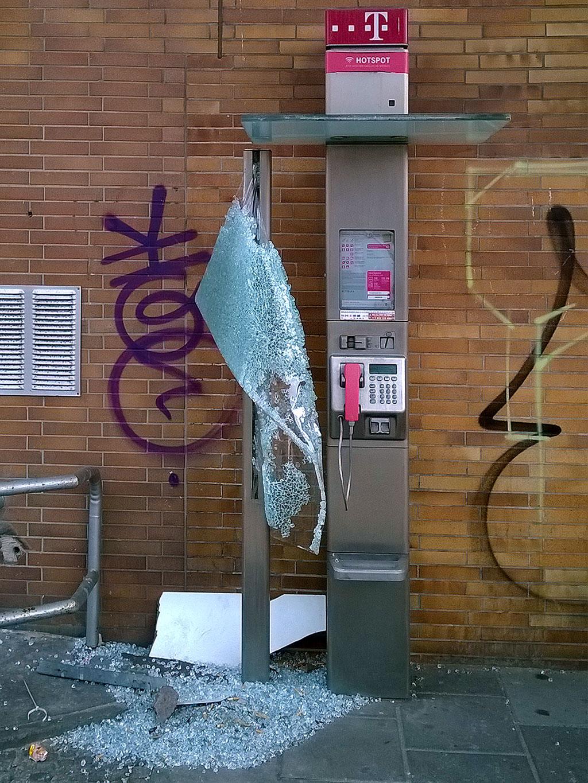 Vandalismus an einer Telefonsäule