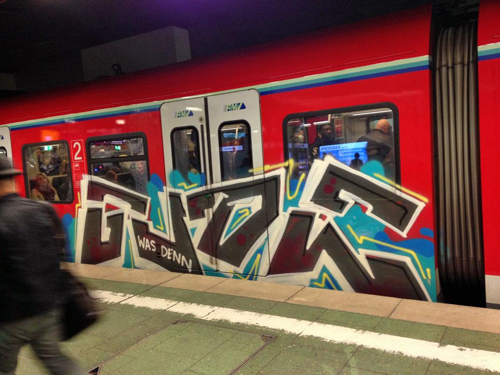 S-Bahn in Frankfurt-RheinMain mit Gude-Graffiti