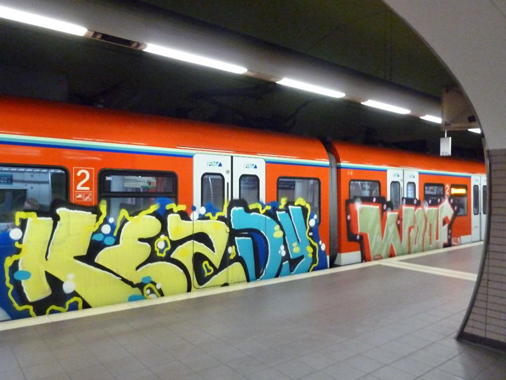 S-Bahn in Frankfurt-RheinMain mit Kezdy- und Woof-Graffiti