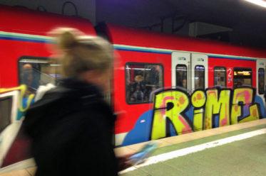 S-Bahn in Frankfurt-RheinMain mit Rime-Graffiti