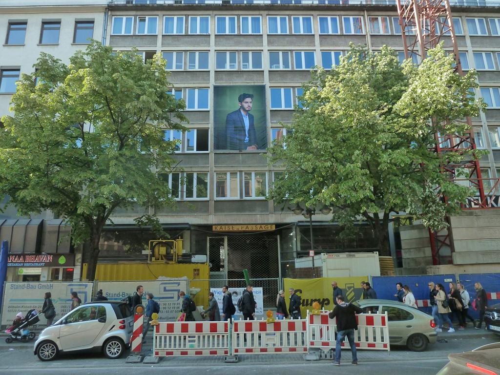 New Citizens - Kunst mit großen Porträts von Flüchtlingen in Frankfurt