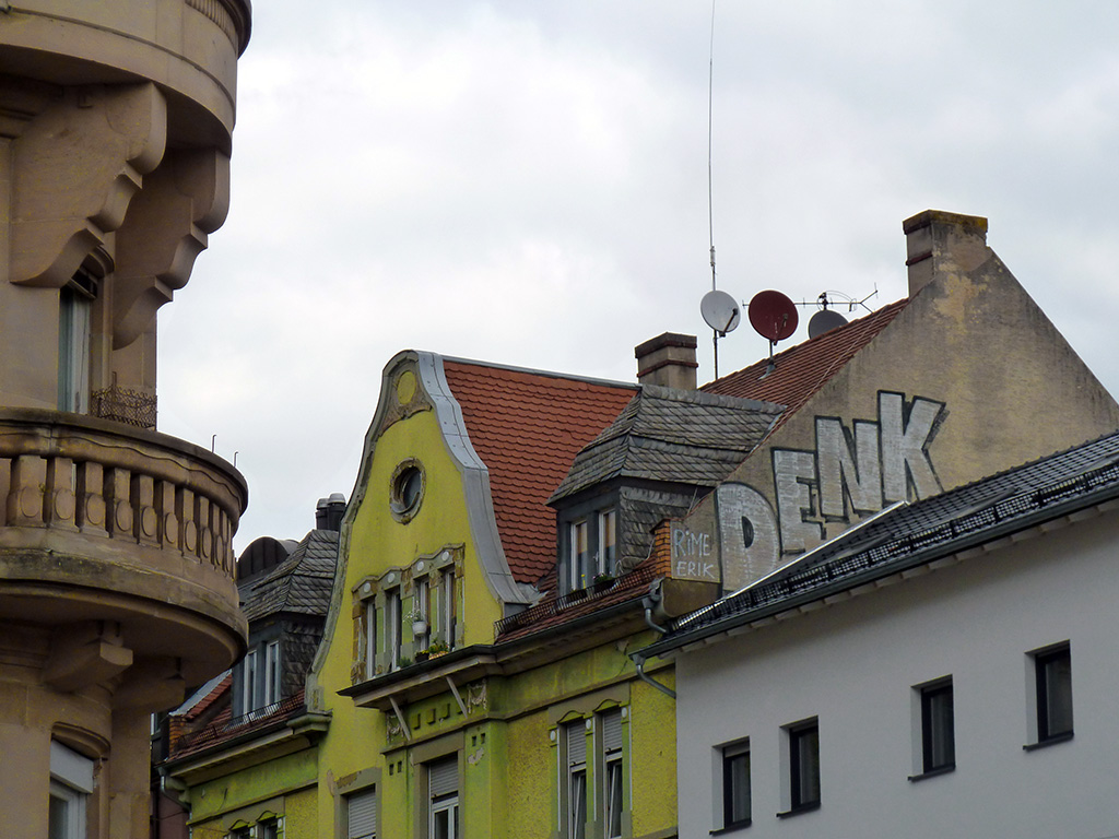 Rooftop-Graffiti in Offenbach - DENK
