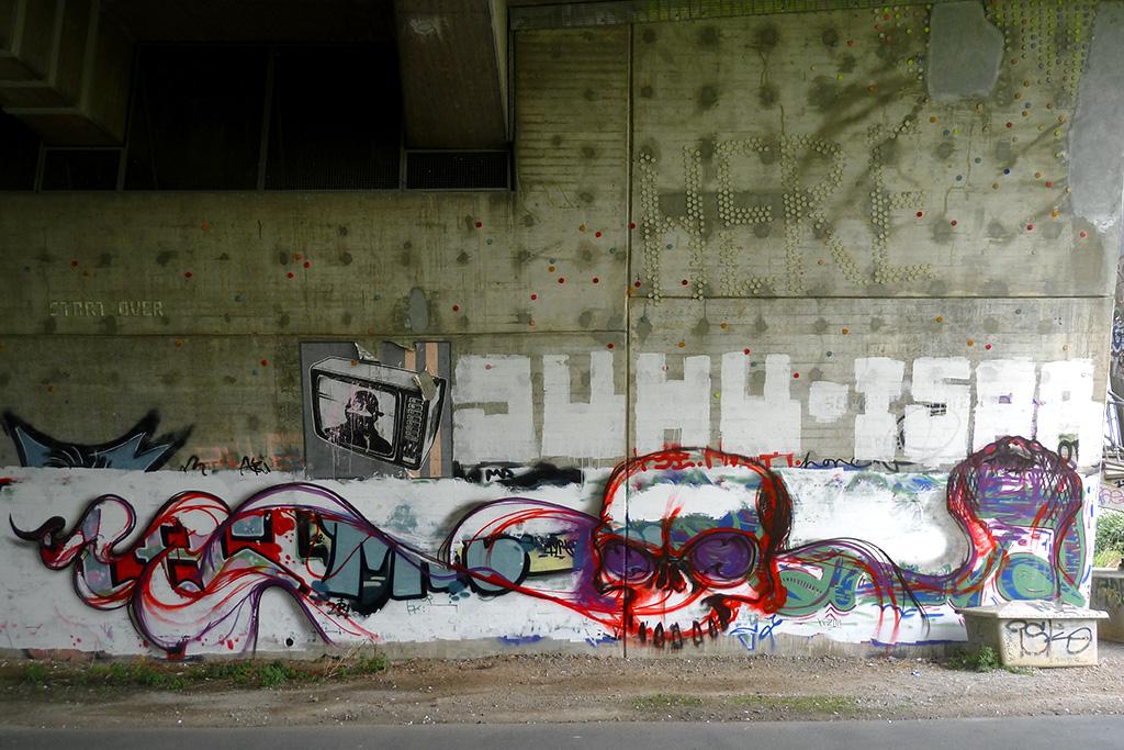 Totenkopf-Graffiti und JUHU- und ISAR-Roll-Ups in Offenbach