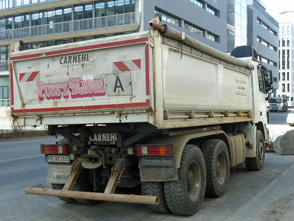 LKW mit Pussy Wagon Aufschrift