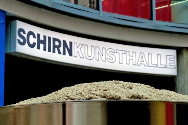 Rotunde der Schirn Kunsthalle Frankfurt - Lena Henke. Schrei mich nicht an, Krieger!