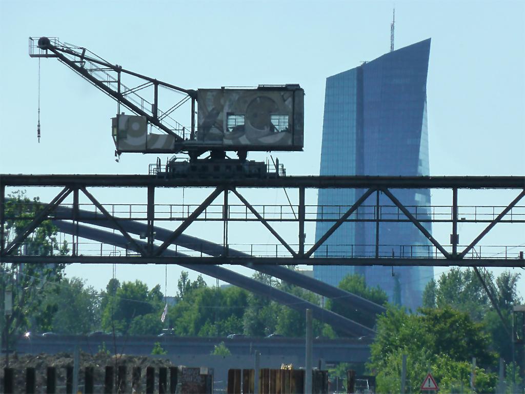 EVO-Kran vor Hintergrund mit EZB-Bank