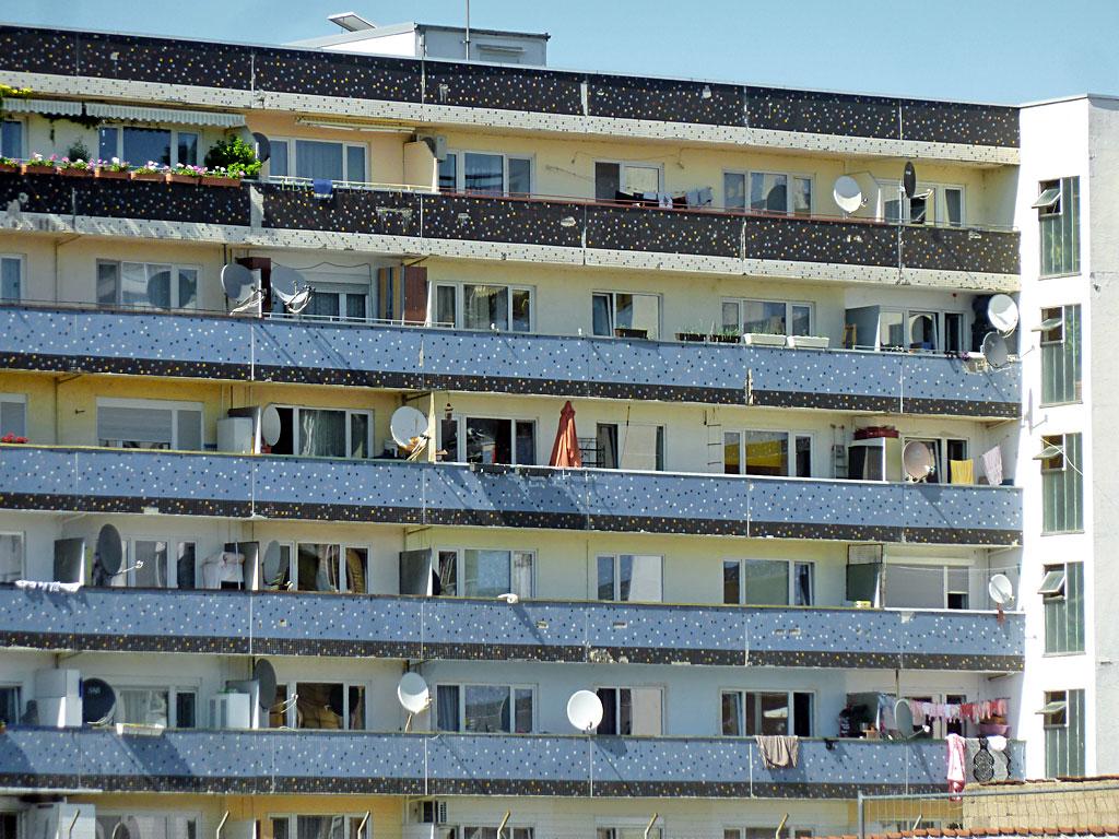 Wohnhaus mit Satellitenschüsseln auf dem Flur-Balkonen in Offenbach