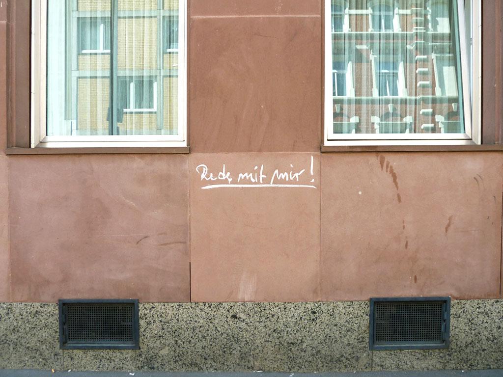 """Kreidebotschaft """"Rede mit mir!"""" in Mainz"""