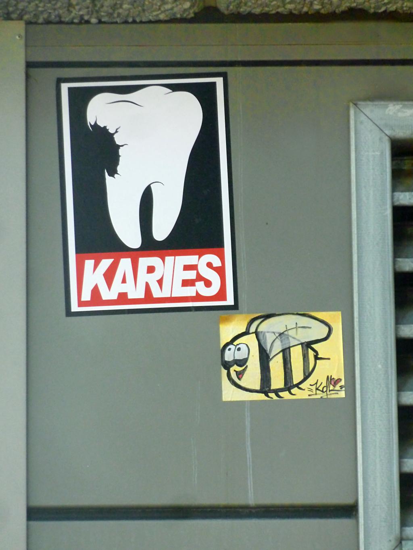 Streetart-Aufkleber in Mainz von Karies und Kette der Liebe (KdL)