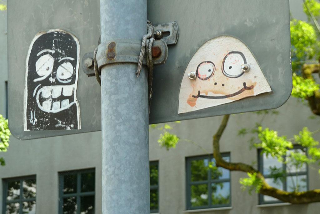 Streetart-Aufkleber auf Verkehrsschildrückseite in Mainz