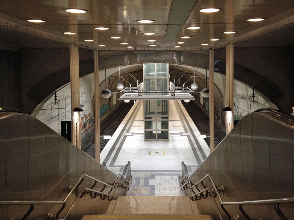 Blick auf den Bahnsteig der S-Bahn-Station Kaiserlei in Offenbach