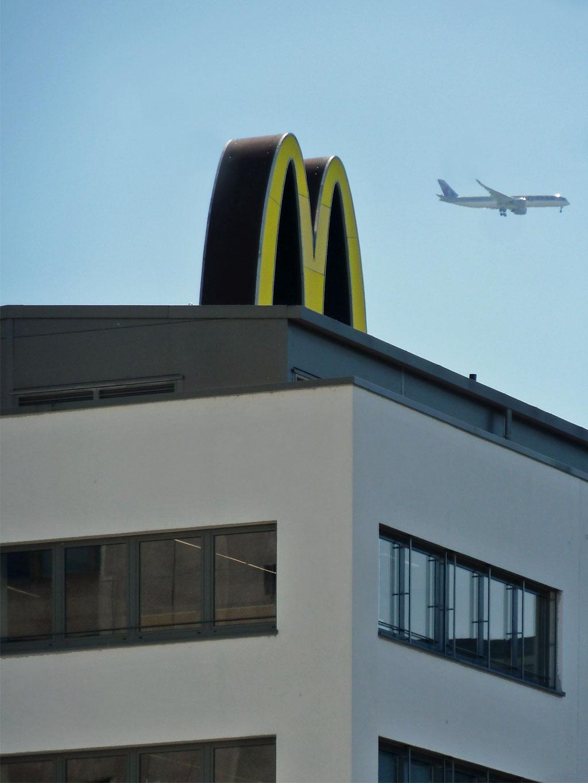 Das goldene M auf dem Dach des Mc Donald's am Kaiserlei