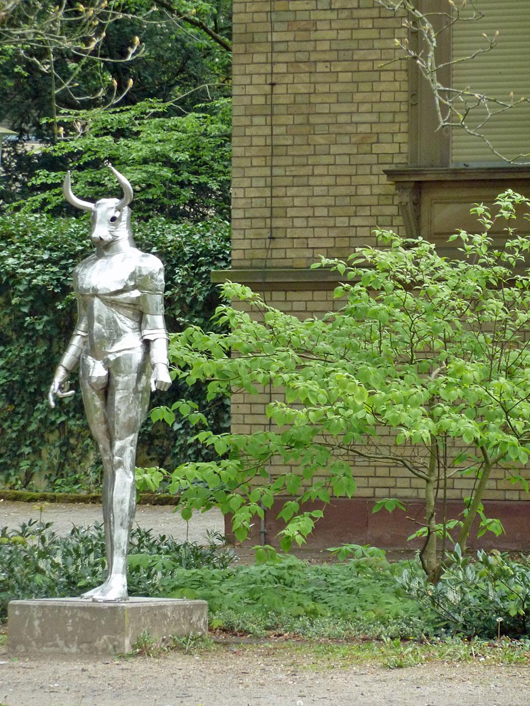 Minotaurus-Skulptur im Dreieichpark in Offenbach