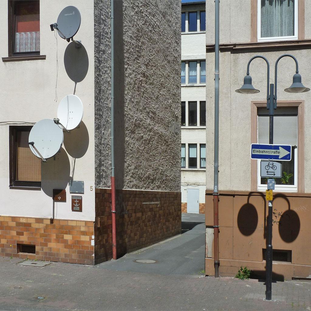 Schattenspiele mit SAT-Schüsseln und Straßenbeleuchtung in Offenbach