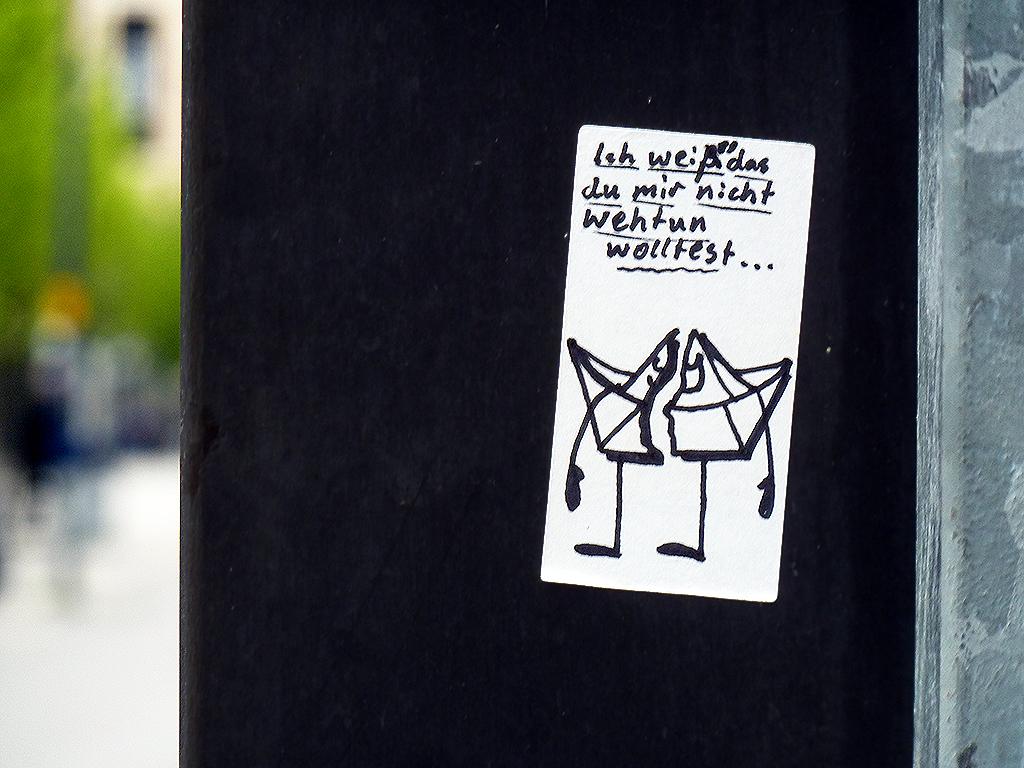 Papierschiff mit Gesicht-Aufkleber in Offenbach.