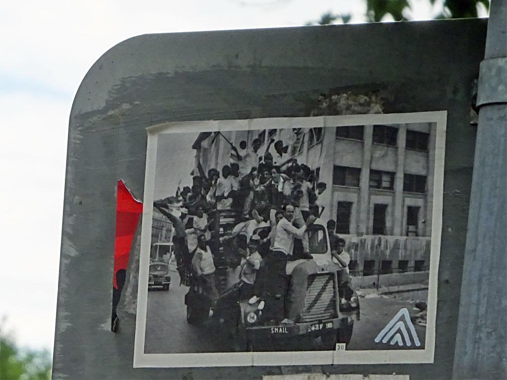 Street Art in Frankfurt - Bilder mit drei weißen Pfeilspitzen